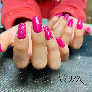 ご来店ありがとうございました♪  今日も素敵な仕上がりになりました☆ バービーカラーでテンション上がります(*⁰▿⁰*) キラキラストーンでゴージャスな仕上がりです!  またのご来店お待ちしてますね!  #ジェルネイル#ビビットピンク#ピンク#ストーンアート#スクエア#キラキラ #オールシーズン #バレンタイン #ハンド #ワンカラー #ロング #ビビッド #ジェル #お客様 #salon NOIR #ネイルブック
