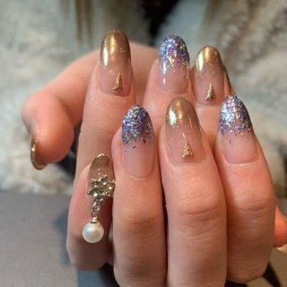 ミラーグラデとラメグラデ^_^さん小指の揺れるパールが可愛らしいです #ハンド #グラデーション #ラメ #パール #ミラー #ミディアム #ジェル #お客様 #ネイルbarこころ~556~ #ネイルブック