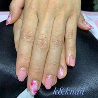 早春ネイルは、ピンクフレンチとお花ネイルで上品可愛いネイル #春 #旅行 #オフィス #デート #ハンド #変形フレンチ #ラメ #フラワー #ショート #ホワイト #ピンク #ゴールド #ジェル #お客様 #kyoko k&knail #ネイルブック