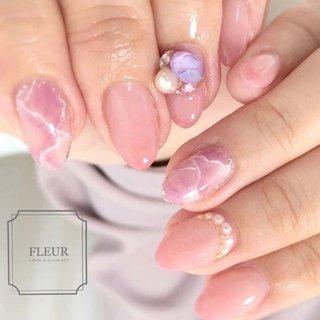 ピンクの大理石♡ ローズクォーツをイメージして。  紫のビジューが新鮮♡ #オールシーズン #ハンド #大理石 #ピンク #fleur nailsalon #ネイルブック