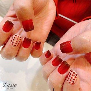 #バレンタインネイル は毎年定番のデザインに♪  使用カラーの赤とブラウンも沢山の中からこだわりの一色を。 ポイントの#ドットデザイン で豪華に✨今年もバレンタインの準備はバッチリです!  #バレンタイン #春 #冬 #バレンタイン #クリスマス #nailsalonluxe_ginza #ネイルブック