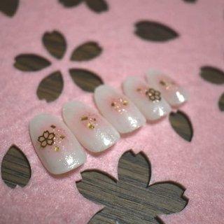 春先取り桜ネイル🌸①  沖縄ではもう桜が咲いたらしいですね! こっちでも咲くのが楽しみですね🥺 #春 #卒業式 #入学式 #ハンド #シンプル #フラワー #チーク #ホワイト #ピンク #ゴールド #cafe_Nail 響 #ネイルブック