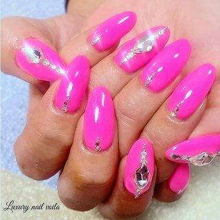 ". . ""Pinkpinkpink"" . 💗💗💗 . 海外風のスカルプめっちゃ可愛いですっ✊🏻 . 動画あるからswipe⇨してねえ💕💕 . フィルで施術しているので、痛みもないよー😊👍🏻 . 海外系ネイルが好きなお客様もぜひお待ちしてまーす💁🏼♀️💗💗 . 海外スタイルに日本のデザイン、技術を加えてお客様だけのnailに💗💗💗 . . #makihorita #luxurynailvoila  #japannails  #tokyonails  #jelnails  #sculpturenails  #pinknails  #💅 #koiwa  #nailsalon  #swarovski  #beauty #fashion  #nail #nails  #newnail  #naildesign  #nailswag  #nailporn  #nailpro  #longnails  #ラグジュアリーネイルヴォアラ #小岩ネイルサロン #小岩ネイル #スカルプネイル  #スワロフスキー #ロングネイル  #海外系ネイル  #外国人風ネイル  #ネオンピンクネイル #Nailist maki #ネイルブック"