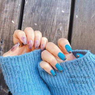 staff nail︎☺︎︎☺︎ ニュアンスってやっぱりかわいい♡♡♡ ブルー系はじめてと言ってたけどお洋服ともマッチしてとても似合ってます⋆*✩⑅◡̈⃝* デザインのご相談お任せ下さい☆*° #冬 #オールシーズン #ニュアンス #ブルー #ジェル #bellezza3488 #ネイルブック