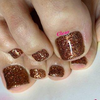 ・ ・ ・ my foot nail୨୧⑅* brownie copper◇gel ・ 今回はグリッターでワンカラー✾ お揃い定額はNailbook.Googleﻌﻌ♥ ・ ・ ・ ハンドが出来ないお客様は フットネイルで是非楽しんで下さいませ₍₍ (ง ˘ω˘ )ว ⁾⁾ ・ 色を塗らなくてもネイルサロンで出来るフットケアがとても大事で清潔にしてこそ.足元のトラブル軽減です✧*̣̩⋆̩ →→ブーツを履く季節こそフットケア重要です‼︎ →→匂いや巻き爪予防もケアが重要です‼︎ →→かかとのカサカサ見てみぬふりですか⁇(ↂ⃝⃓⃙⃚⃘_ↂ⃝⃓⃙⃚⃘) ▶︎足もフット専用マシーンで丁寧綺麗にケアします*̣̩⋆̩ ※10/1よりメニュー価格改定しフットジェルのお値段大幅に変更しております(安く(⌯˃̶᷄ ⁻̫ ˂̶᷄⌯)) ・ ・ ・ ・ ・ ✼ •• ┈┈┈┈┈┈┈┈┈┈┈┈ •• ✼ ✾鳥取市扇町 ネイルサロンClear ジェルで爪育成.美爪矯正してます [営業時間 ]10:00〜17:00 10時/13時/15時の1日3枠です ・ [料金詳細][ご予約.お問い合わせ]は ▶︎▷プロフィールのリンクツリー(URL )タップ👆🏻 ✾Clear phone 0857245911 ✾Instagram DM/Gmail ▶︎カウンセリングのみのご来店可*̣̩⋆̩ ✼ •• ┈┈┈┈┈┈┈┈┈┈┈┈ •• ✼ #ネイル #ネイルアート #ネイルデザイン #冬ネイル #トレンドネイル #ブラウンネイル #ラメネイル #お洒落ネイル #大人ネイル #フットネイル #ペディキュア #ジェル #ジェルネイル #ジェルネイルデザイン #フットジェル #ネイルサロンクリア #巻爪ケア #nail #nails #nailart #naildesign #newnails #gel #gelnail #gelnails #instanails #jelnail #pedicure #winternails #footnail #秋 #冬 #オールシーズン #フット #シンプル #ラメ #ワンカラー #ブラウン #アースカラー #ペディキュア #セルフネイル #ネイルサロンClear #ネイルブック