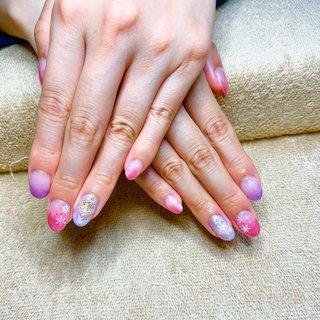 ピンクとパープルでグラデーションと1本ずつスノーボードをイメージしたぷっくりアートを入れました(*^_^*) #冬 #ハンド #グラデーション #ピンク #パープル #ジェル #ネイルモデル #Couleur~クルール~ #ネイルブック