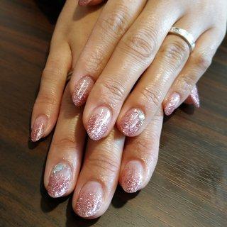ピンクのラメグラデーションで春らしいプリティな爪先になりました😚💕 #お正月 #バレンタイン #入学式 #女子会 #ハンド #シンプル #グラデーション #ラメ #ショート #クリア #ピンク #ジェル #お客様 #レノンアイ #ネイルブック