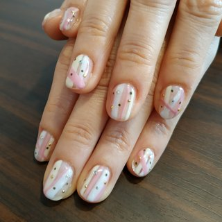 クリアネイルにピンクとホワイトの不規則ストライプとカーキのドットを合わせてお雛様を少し意識した春らしい爪先になりました😆♥️ #春 #お正月 #デート #女子会 #ハンド #ストライプ #ショート #ホワイト #クリア #ピンク #ジェル #お客様 #レノンアイ #ネイルブック
