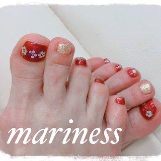 素足を見せない季節だからこそ足元のお手入れは大切です。 冬は常に靴下を履いてブーツなどで足元は蒸れいている状態。 冬の放置された足元は角質や汚れが溜まりやすく、それらがにおいの原因にもなっています。 お爪もきれいにカットできていないと、巻き爪のようなトラブルも起こりやすくなります。 大切なのは年間通して定期的にお手入れすることです。  #フットネイル #オールシーズン #オールシーズン #卒業式 #デート #女子会 #フット #シンプル #ラメ #ワンカラー #フラワー #ショート #レッド #ボルドー #ゴールド #ジェル #お客様 #ネイルサロン マリネス #ネイルブック