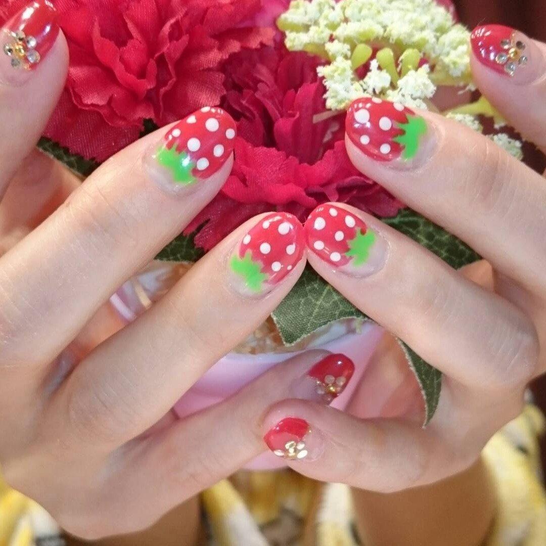 クリアを生かしたラメフレンチ✨ 可愛らしくフルーツをアートしたフルーツネイル💅 #シンプル#フレンチ#ラメフレンチ#フルーツネイル🍓 #オールシーズン #ブライダル #パーティー #ハンド #シンプル #フレンチ #ラメ #フルーツ #ブロック #ミディアム #クリア #レッド #シルバー #ジェル #お客様 #h_n_feliz #ネイルブック