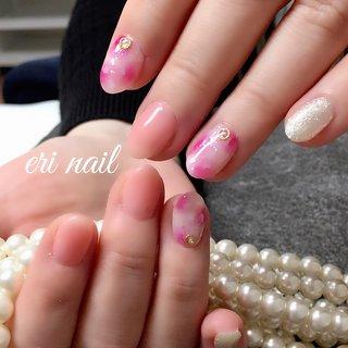 タイダイネイル💕 今回はタイダイネイルでキラキラさせて欲しい‼️とのご要望で、ピンクのタイダイ柄にキラキラシェルなどプラスして、オフィスネイルでも派手過ぎないよう上品に仕上げさせていただきました👍💕 お客様のやりたいカラーと合わせてとっても素敵です🤗💕 色白のお客様にお似合いでした✨ #春 #オールシーズン #ハンド #タイダイ #ピンク #シルバー #ジェル #お客様 #名古屋市天白区 自宅ネイルサロン eri nail #ネイルブック