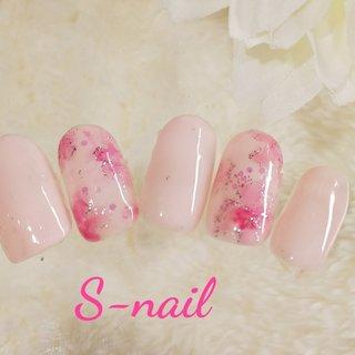 春のニュアンスフラワーネイルです。花びらの輪郭はシルバーラメです。 #春 #オールシーズン #ハンド #ピンク #S-nail #ネイルブック