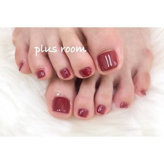 hand & foot ⁂ . . 真っ赤なフットと正反対の真っ白なフレンチ💅 お仕事大変そうですが頑張ってください😭✨ . . いつもありがとうございます💞 . . ✴︎ foot ワンカラー ¥5300 ✴︎ フレンチ ¥6000 #オールシーズン #シンプル #フレンチ #ワンカラー #お客様 #asumi #ネイルブック