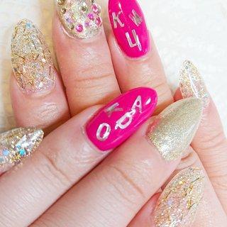 長さだしをしたキラキラネイル♪ ライブネイルということで、アーティスト様のお名前を入れました! ストーン埋めつくしもピンクのストーンをいれることで、統一感がでました(^-^)/ キラキラ&ビビッドピンクがとてもかわいい♪ #ライブ #ハンド #ラメ #ワンカラー #ロング #ピンク #ゴールド #ビビッド #スカルプチュア #お客様 #nail palette #ネイルブック