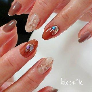 茶系にブルーの シェルとストーンが効いてます  #ブラウン×#ブルー ♥️  #ニュアンスネイル  #大理石ネイル  #シェルネイル  #ビジューネイル  #nail #nails #nailsalon #instanails #nailswag #nailstagram #nailart #naildesign #gelnails #manicurist #ネイル #ネイルデザイン #大人ネイル #ジェルネイル #ネイルサロン #八潮市 #八潮ネイル #八潮ネイルサロン #足立区ネイルサロン #北千住ネイルサロン #三郷ネイル #草加ネイル #自宅サロン #kicco_k #秋 #冬 #オールシーズン #女子会 #ハンド #ビジュー #シェル #大理石 #ニュアンス #マリン #ミディアム #ホワイト #ベージュ #ブラウン #ジェル #お客様 #kicco_k.nail #ネイルブック