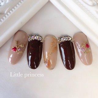 ブラウンとベージュで大人っぽく✨ ビジューをアクセントにしました☺︎  ♦️ http://p-little.com #冬 #バレンタイン #デート #女子会 #ハンド #ビジュー #タイダイ #大理石 #ホイル #ミディアム #ベージュ #ブラウン #ゴールド #ジェル #ネイルチップ #Little princess #ネイルブック