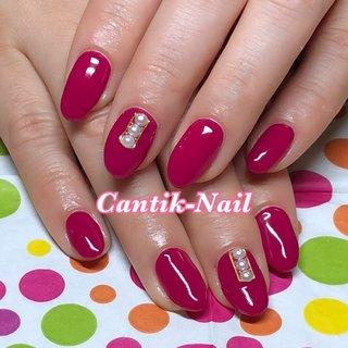 顧客のお客様ネイル♡ 今回はシンプルネイル♡ シンプルでも好きなカラーで、好きなパーツをポイントで置くとテンション上がりますね😊 #オールシーズン #ハンド #ワンカラー #ミディアム #ピンク #ジェル #お客様 #おシャンティー #ネイルブック