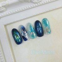 指先にも、#宝石ネイル  宝石ネイル、の定義は、なぁに???  ダイヤカットのはいった、形状の見た目? それとも、閉じ込められた中に見える、美しさ?  今回のデザインは、閉じ込められた中に見える美しさ。の宝石です💖  青が好きなネイリスト。 ハンドのネイルにも、青でも行ける。 むしろ、ピンクやベージュより、青や黒を塗りたいネイル。  #焼津市ネイル#焼津市ネイルサロン #焼津市おうちネイル #焼津市おうちネイルサロン#焼津ネイル#焼津ネイルサロン#焼津おうちネイル#焼津おうちネイルサロン#焼津市定額制ネイル#Nailbook#天然石風ネイル #七夕 #海 #デート #ハンド #ホログラム #ラメ #シェル #ニュアンス #ミディアム #水色 #ブルー #ネイビー #ジェル #ネイルチップ #Blue Mints #ネイルブック