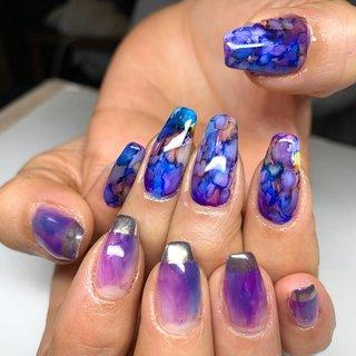マーブルリキッドを使って✨ 迷った時のアシンメトリー✨ ブルーパープル系でまとまってますが、溢れ出す個性!! こんなにマーブル使って頂けるのは彼女くらいですわ✨ (^^) 足元ももちろん、彼女ならではのアートに✨  #マーブルリキッド#手描きネイル#ネイル#ネイルアート#個性派ネイル#nail#nailart #渋谷でネイル#グッドネイルズ#春ネイル #ブルー #ネイビー #パープル #しょうこいいだGOODNAILS #ネイルブック