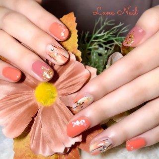 . 結婚式の前撮りを控えて打ち掛けのお色に合わせてオレンジとゴールドを使ったデザインに🤗 和風の雰囲気を醸しつつ、普段の生活にも違和感がないデザイン💅🏻を意識しました💡 華やかなネイルで人生の門出をお祝い出来ること、光栄に思います✨ どうぞお幸せに🍀 . #ネイル #ネイルデザイン #和風ネイル #着物ネイル #結婚式和装ネイル #オールシーズン #オレンジ #金箔 #ニュアンス #シェル #長岡京市ネイルサロン #秋 #オールシーズン #成人式 #ブライダル #ハンド #シェル #ニュアンス #和 #ミディアム #ホワイト #ピンク #オレンジ #ジェル #お客様 #lunanail2018 #ネイルブック