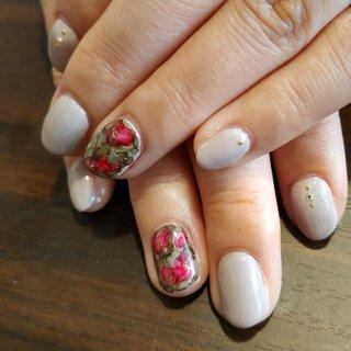 シンプルなグレージュにインクアートでお花をあわせて、シックなオトナ女子の爪先になりました✨😚 #オールシーズン #パーティー #デート #女子会 #ハンド #シンプル #フラワー #ショート #ベージュ #グリーン #ボルドー #ジェル #お客様 #レノンアイ #ネイルブック
