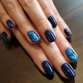 深いネイビーとブルーのインクアートの組み合わせでクール&スタイリッシュな爪先になりました😆✨ 沢山ハッピーがやって来ますように!😚♥️♥️♥️ #オールシーズン #パーティー #デート #女子会 #ハンド #シンプル #シェル #ニュアンス #ミディアム #ターコイズ #ブルー #ネイビー #ジェル #お客様 #レノンアイ #ネイルブック