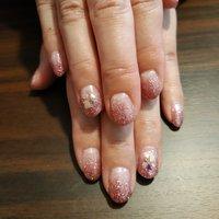 ピンクのグラデーションにシェルをあわせて、オトナ女子の可愛らしい爪先になりました😳💕 #オールシーズン #ライブ #オフィス #女子会 #ハンド #シンプル #グラデーション #ラメ #シェル #ショート #クリア #ピンク #ジェル #お客様 #レノンアイ #ネイルブック