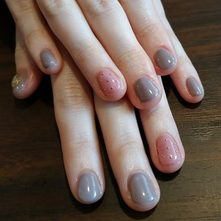 2月のデザインBを落ち着いたバレンタインカラーで😆♥️ スタイリッシュだけど可愛らしさのある素敵な爪先になりました😁✨ #オールシーズン #バレンタイン #デート #女子会 #ハンド #ビジュー #シェル #ショート #ピンク #グレージュ #ジェル #お客様 #レノンアイ #ネイルブック