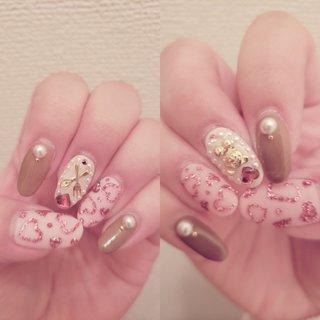 #バレンタインネイル 親指と薬指→マット、うすいピンク。ラメの濃ゆいピンクでハート 人差し指と小指→つやつや、ブラウン。パール乗せ 中指→ゆめかわネイル。小さいくまさん。小さいカラトリー。パールで囲み #春 #オールシーズン #バレンタイン #女子会 #ハンド #パール #ハート #ミディアム #ピンク #ブラウン #ジェル #ネイルモデル #ぉ嬢 #ネイルブック