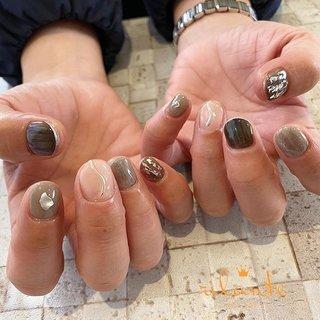 𓆸 . . 𓊿⌇black × mirror ❥ free design . . .  nails by Rina 𓍢𓏲 ﹉﹉﹉﹉﹉﹉﹉﹉﹉﹉﹉﹉﹉﹉ free design ¥9000 +tax ( 90分アート パーツのせ放題 ) selection design ¥6500 +tax ( 50種類の決まったアートから選択 ) ﹉﹉﹉﹉﹉﹉﹉﹉﹉﹉﹉﹉﹉﹉ ご予約はDM . LINEからもお気軽にどうぞ ✉︎ ❤︎ nail salon rilante ☎︎0766-53-5758 LINE : @vzk7732x 高岡市佐野1169 open平日9:30-19:00(L.O) 土日祝9:00-18:00(L.O) close 月曜.第3日曜日 . #nail #nails #nailart #naildesign #nailist #art #instanails #fashion #네일 #美甲 #ネイル #ネイルアート #ネイルデザイン #ジェル #ジェルネイル #お洒落さんと繋がりたい #ファッション #高岡ネイルサロン #高岡ネイル #富山ネイルサロン #富山美容室 #高岡市美容室 #ネイルデザイン #トレンドネイル #冬ネイル #オフィスネイル #ニュアンスネイル #個性派ネイル #ちぐはぐネイル #ブラックネイル #ミラーネイル #冬 #オールシーズン #ニュアンス #ホイル #ミラー #nail salon rilante #ネイルブック