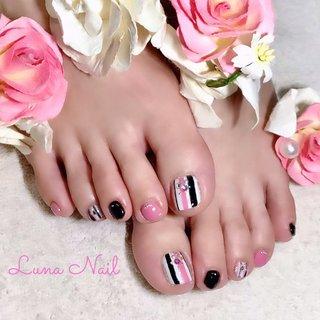 . 可愛い~😍❣️ ·····と思わず叫んじゃいそうなフットネイル💕 ピンク・ブラック・ホワイト・シルバーのストライプで縦ラインが強調され、甘い雰囲気の中にもスッキリと洗練された感じがします👍🏻 . #ネイル #ネイルデザイン #フットネイル #縦ストライプ #ピンク #ブラック #大人可愛い #ストライプ #長岡京市ネイルサロン #オールシーズン #バレンタイン #デート #女子会 #フット #ビジュー #パール #ストライプ #ショート #ホワイト #ピンク #ブラック #ジェル #お客様 #lunanail2018 #ネイルブック