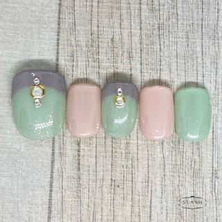 グリーンとピンクで春らしく✨ グレーフレンチで甘すぎないデザインです♪  #春#春ネイル#フット#フットネイル#ワンカラー#ピンク#グリーン#春夏ネイル#フット #春 #夏 #フット #フレンチ #ワンカラー #ピンク #グリーン #グレー #ジェル #ネイルチップ #slash_nail.tsukiyama #ネイルブック