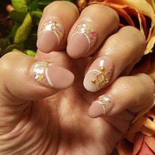 フレンチのラインをホワイトにして、シェルをしきつめ春らしく仕上げてもらいました。 神戸元町にあるフリーネイルです。 お勧めのサロンです。 #春 #オールシーズン #女子会 #ハンド #変形フレンチ #ビジュー #シェル #ミディアム #ベージュ #ピンク #グレージュ #ジェル #K.TAKEDA #ネイルブック