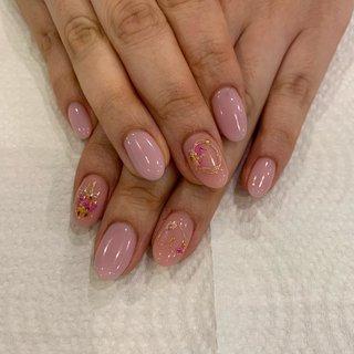 #ハンド #ピンク #シンプル #春 #押し花ネイル  左右で親指と人差し指にそれぞれブーケにしてもらい ワイヤーで変形ハートと、ニュアンスで付けてもらいました。 押し花が可愛くて春先取りしました♬゚.*・。゚ #春 #ハンド #シンプル #ワンカラー #押し花 #ピンク #パステル #mkntaaan #ネイルブック