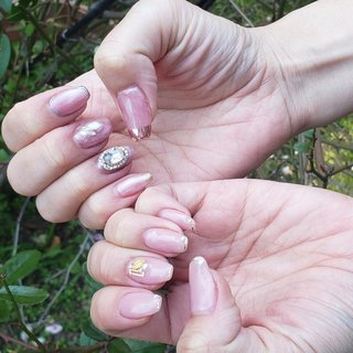 my ネイルです! 右手ニュアンスネイル ミラーパウダー可愛すぎました!!  左手今人気の 先端ラインテープの綺麗めデザイン😇 #春 #オールシーズン #オフィス #ブライダル #ハンド #ホログラム #ラメ #ワンカラー #ニュアンス #ミディアム #ベージュ #ピンク #シルバー #ジェル #セルフネイル #rie☺︎ #ネイルブック
