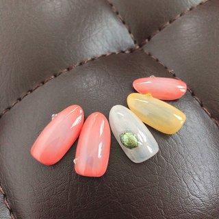 ぼんやりグラデ✨ 手元が明るくなるカラーです♡ #春 #オールシーズン #卒業式 #デート #シンプル #グラデーション #ワイヤー #ホワイト #オレンジ #イエロー #ジェル #ネイルチップ #upala Mayuko #ネイルブック