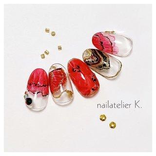 ▷▷ バレエ ドンキホーテのキトリの衣装ネイル🥀  中指は奥行き感のあるバラを描いていますが 写真でうまく撮れずに残念です…💦  キトリといえば、赤と黒ですが チュチュの感じと これからの季節に合わせて 透け感を持たせています✨  扇子やチュチュは リアルにひだひだもあります❣️   @nailatelier.k #ハンド #ラメ #フラワー #レッド #ブラック #ゴールド #ジェル #ネイルチップ #nailatelier_k #ネイルブック