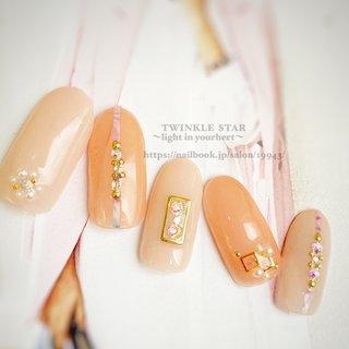 #春 #オールシーズン #デート #女子会 #ハンド #シンプル #ホログラム #ラメ #ワンカラー #ビジュー #ミディアム #ベージュ #ピンク #ゴールド #ジェル #ネイルチップ #Twinkle Star Akiko #ネイルブック