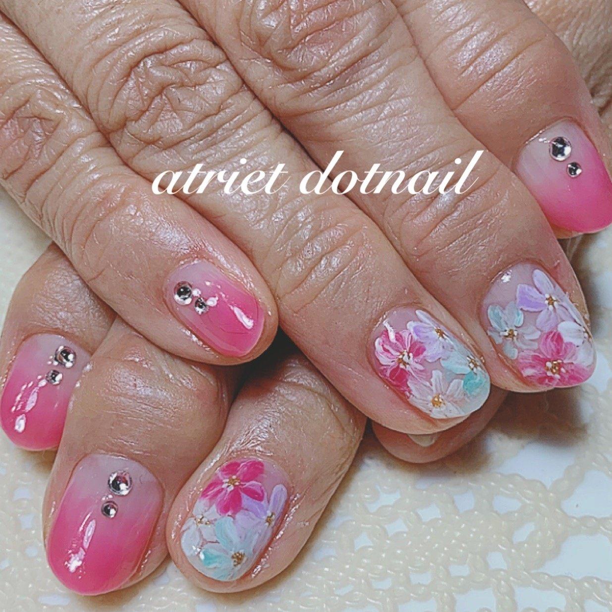 春ネイルですねぇ パープル ホワイト ピンク ブルーのお花 お爪いっぱいに! #春 #オールシーズン #デート #女子会 #ハンド #グラデーション #フラワー #ショート #ホワイト #ピンク #パープル #ジェル #お客様 #1971Hana #ネイルブック