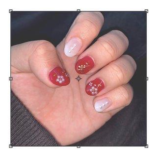 佐世保のSky Highさんより とても可愛い爪にしていただきました😻 ありがとうございました❣️ #綺麗は指先から  #フラワーネイル  #ホワイト&レッド #ハンドネイル #かえで #ネイルブック