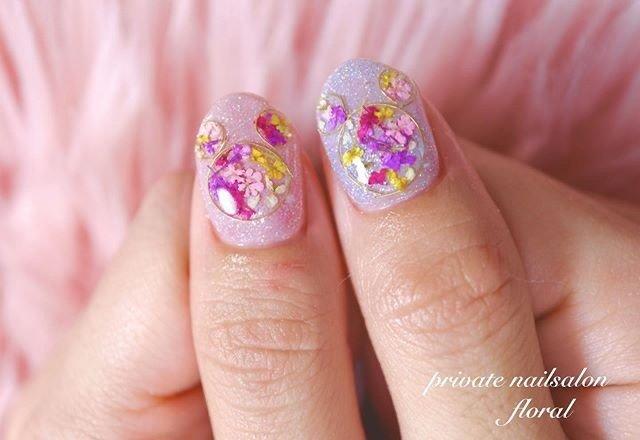 #押し花ネイル ❁❁ . 親指がミッキー風♥︎︎ . ありがとうごさいます(⑅˃◡˂⑅) . . . . . . *♥︎*。.。・*♥︎*・。.。*♥︎*・。.。*♥︎*。.。 private nailsalon floral ❤︎神奈川県川崎市久地駅❤︎ ♡予約受付中♡ LINE⏩@obx1250m mail⏩nail.floral2017@gmail.com . . . #久地 #久地ネイルサロン #久地ネイル #武蔵溝の口ネイル #二子玉川ネイル #登戸ネイル #溝の口ネイル #溝ノ口ネイル  #溝の口ネイルサロン #ルクジェルエデュケーター  #LUCUGEL #ルクジェル #LUCUGELeducator #privatenailsalonfloral #nailfloral #ネイルフローラル #大人可愛い  #大人可愛いネイル #ゆめかわネイル  #ゆめかわ #ミッキーネイル #春ネイル  #ドライフラワーネイル #春ネイルデザイン #春 #オールシーズン #パーティー #デート #ハンド #ラメ #ワンカラー #フラワー #押し花 #ミディアム #ピンク #パープル #パステル #ジェル #*private nailsalon floral**M** #ネイルブック