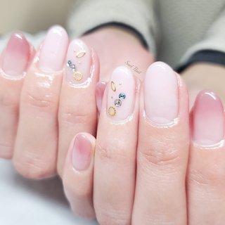 ちょっぴり濃いめのピンクが ドキッと可愛い 春色ネイル🌸 ブルーのビジューがポイント♪ #春 #オールシーズン #オフィス #ハンド #グラデーション #ラメ #ビジュー #シースルー #ミディアム #ピンク #ボルドー #ゴールド #ジェル #お客様 #Soel Nail #ネイルブック