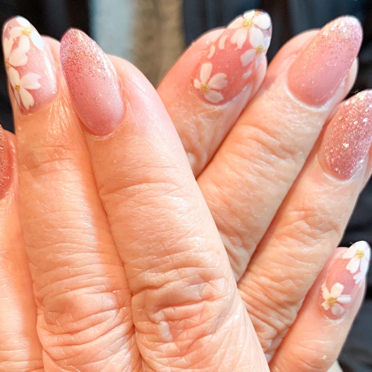 パールピンクとピンクラメ お花🌸アートで春満開です(^^) ジェリップにて3本長さ出し フラットアート4本  ラメ #春 #オールシーズン #ハンド #ラメ #フラワー #ミディアム #ピンク #ジェル #お客様 #ネイルbarこころ~556~ #ネイルブック