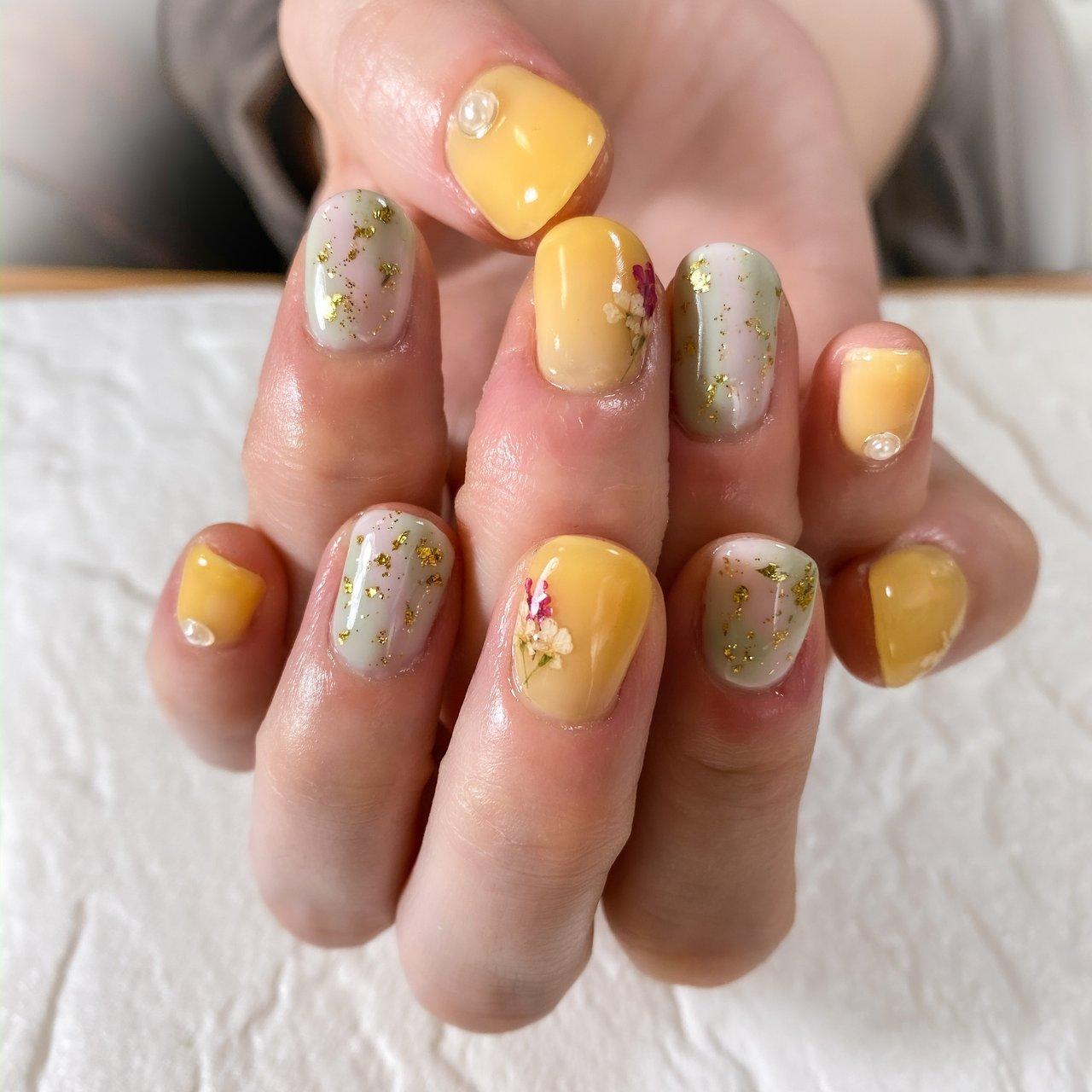 #フラワーネイル #黄色ネイル #春ネイル  モデルさんより今回は黄色とドライフラワーを使ったネイルとご要望を頂きまして、色味からデザインまで一緒に考えながら施術させて頂きました( *´艸`)  とても楽しかったです♡♡♡ #春 #夏 #ハンド #シンプル #ラメ #ワンカラー #押し花 #ミディアム #イエロー #グリーン #ジェル #ネイルモデル #Couleur~クルール~ #ネイルブック