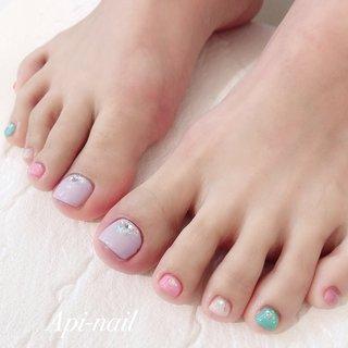 #footnail #フットネイル  #パステルネイル  ワンカラーメニューにカラー追加、パーツ追加してオリジナルデザインに(๑′ᴗ‵๑) #春 #海 #リゾート #フット #ジェル #api_nail #ネイルブック
