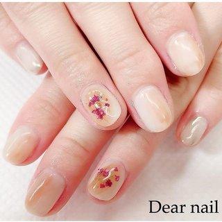 #ニュアンスネイル  ベージュのワンカラーに 薄ーくチョコ色を塗って ピンクの押し花を付けました ( ᐛ )🌸 親指はミラーネイルのくしゅくしゅバージョン*\(^o^)/* シンプルな感じがオシャレで可愛いです  ぜひお試しください☆  #nail#nails#中村橋#中村橋ネイル#練馬ネイル#富士見台ネイル#練馬区ネイル#春ネイル#春ネイル2019#Dearnail#ご予約受付中#お客様ネイル#押し花ネイル#ミラーネイル  #ホットペッパーからご予約できます#定額デザイン🅰️ #春 #オフィス #女子会 #ハンド #ワンカラー #フラワー #ニュアンス #ミラー #押し花 #ショート #ベージュ #オレンジ #メタリック #ジェル #お客様 #鈴子 #ネイルブック