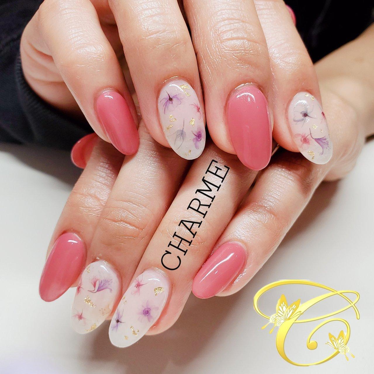 卒園式・入学式で着物をお召になるという事で 着物にも普段着にも合うようにデザインしました☻ 春らしいピンクとお花を使いたいという事で ベースホワイト塗布の上にお花を重ねて 上品に仕上がる様に施術❥ #春 #入学式 #女子会 #ハンド #シンプル #ワンカラー #フラワー #ミディアム #ホワイト #ピンク #ジェル #お客様 #CHARME #ネイルブック