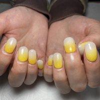 春らしくしてもらいました。 好きな黄色を2色使ってラメで仕上げていい感じになりました。   #たまご色 #やまぶき色 #春 #ハンド #ショート #ホワイト #イエロー #グレー #hanayoiko #ネイルブック