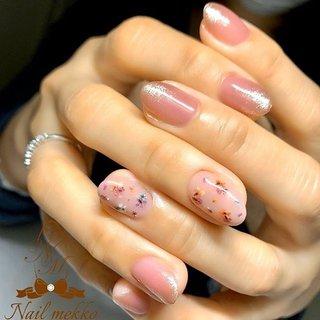 40代のお客様、カラフル押し花♡ ・ sampleより♪ 押し花の色やベースカラーをチェンジしただけで、また違った雰囲気に🤤 ・ それだけでも可愛かったけど、琥珀色のラメを先端に散らしたら大人エレガントな指先に🤤かわい〜🤤 ・  #カルジェル #ジェルネイル #ワンカラーネイル #ピンクネイル #ドライフラワーネイル #カラフルネイル #卒業式ネイル #春ネイル #入学式ネイル #ブライダルネイル #オフィスネイル #シンプルネイル #大人ネイル #大人可愛い #ラメネイル #押し花ネイル #フラワーネイル #ネイルデザイン #パーティーネイル #お呼ばれネイル #ネイルブック #宮城県大崎市古川ネイルサロン #大崎市古川ネイルサロン #宮城県大崎市古川 #大崎市古川 #Nailmekko #ネイルメッコ #ハンド #ラメ #ビジュー #フラワー #押し花 #ピンク #ボルドー #お客様 #Nail mekko #ネイルブック