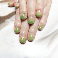 抜け感のあるグリーンで爽やかにお爪に春色を。 フラワー入りのジェルが可愛らしいです✨  #ジェルネイル #ハンド #ドライフラワー #ネイルブック #nailbook #春 #ハンド #グラデーション #フラワー #ショート #グリーン #ジェル #お客様 #Rosi #ネイルブック